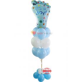 Фонтан с белыми и голубыми шариками и фольгированной ступнёй