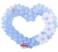Голубое сердце из шаров с белыми цветами
